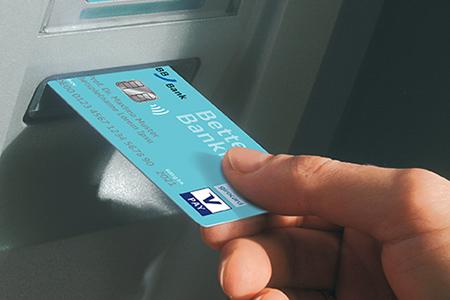 Häufige Fragen (FAQ): BankCard wird in einen BBBank Geldautomaten eingeführt.