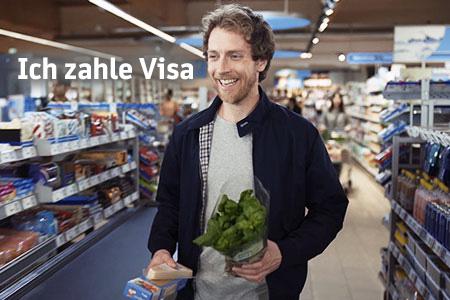 Häufige Fragen (FAQ): Mann hält eine der vielen Karten der BBBank in der Hand.