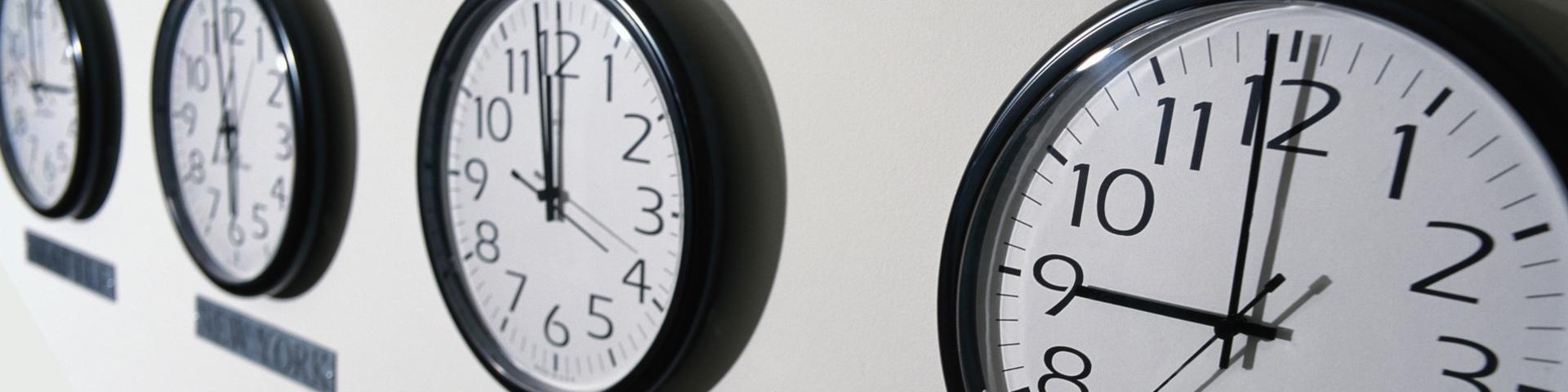 Notfall- und Länderinformationen: Uhren mit den Zeiten von New York und London, und andere Infos rund ums Reisen.