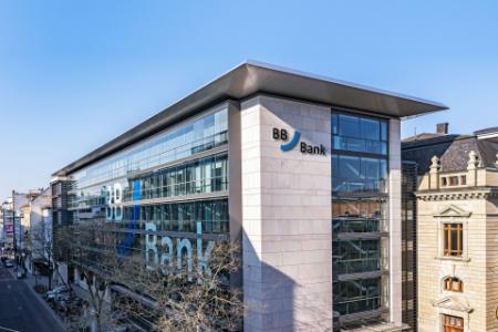 BBBank Hauptzentrale: Im modernen, mehrstöckigen Gebäude mit großer Glasfassade laufen alle Fäden die Ihre Karriere betreffen zusammen. Freie Stellen, Ausbildung, Wiedereinstieg.