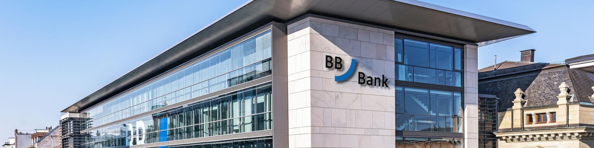 BBBank Hauptzentrale: Das Moderne, mehrstöckige Gebäude mit großer Glasfassade und BBBank Logo repräsentiert die 1922 gegründete genossenschaftliche Bank für Privatkunden.