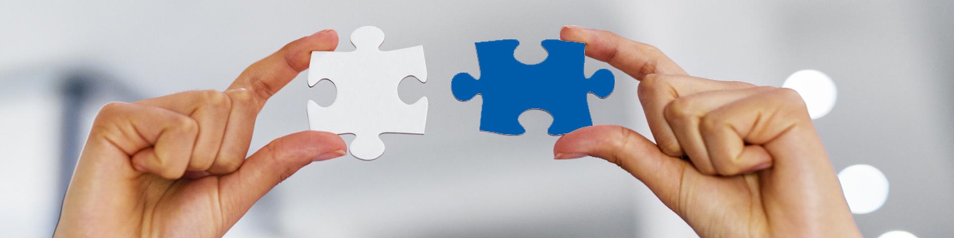 Verbund- und Geschäftspartner: 1 Frau und 2 Männer in Anzug blicken in die Ferne. Sie stehen für die Kooperationspartner der BBBank, die im Verbund alle Belange der Kunden lösen.